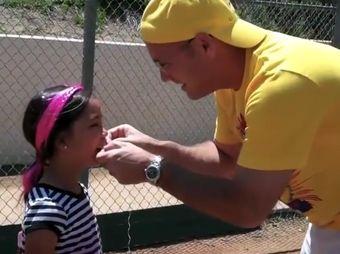 Hombre saca el diente de su hija con una pelota de beisbol