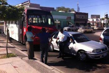 Muere joven en Hermosillo al chocar su auto contra un ruta 17