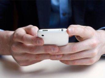 ¿Cómo evitar lesiones en las manos por usar el celular?