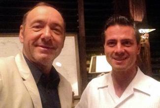 El actor que personifica a Francis Underwood publicó un selfie con el presidente de México