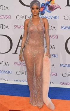 En redes sociales también causó polémica el vestido de la cantante, que dejaba ver a Rihanna semidesnuda, vistiendo tan sólo una malla transparente y usando sólo ropa interior en la parte inferior.