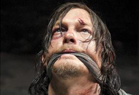 Se observa una imagen que sin duda generará polémica del personaje de Daryl, amordazado y herido junto a Gleen.