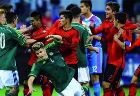 Se observan empujones de jugadores de ambas selecciones, sin embargo sorprende una pata que un seleccionado mexicano propina a un jugador de Irlanda
