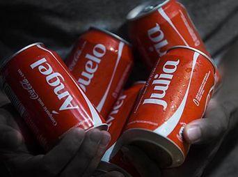 ¿Qué nombres aparecen en las latas de Coca-Cola?