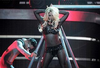 """El sitio de espectáculos """"Oh No They Didn't"""", dice que la boca de Spears se está moviendo pero la audiencia está escuchando la versión de la cantante Sia."""