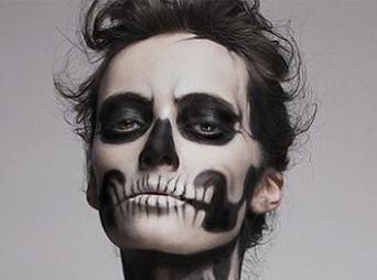 Una buena opción para este Halloween es maquillarte como esqueleto o zombie.