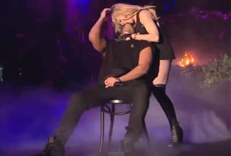 Sin duda los comentarios a favor y en contra sobre la expresión de Drake continuarán en redes sociales, te dejamos aquí el video del momento del beso de Madonna a Drake, para que nos digas a ti qué te parece.