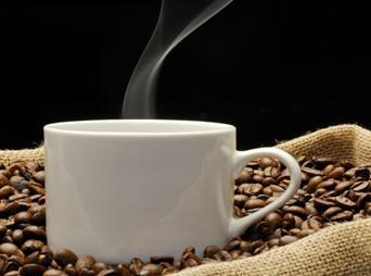 Uno de los principales hábitos que hay es tomar café, si este es uno de tus gustos debes conocer las verdades y mitos de tomar café.