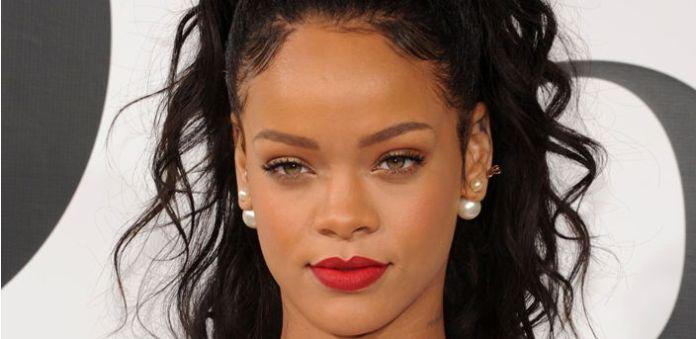 El sujeto sospechoso de lanzar la amenaza de muerte a Rihanna, se fotografió frente a la que fuera la casa de la cantante en Los Ángeles.