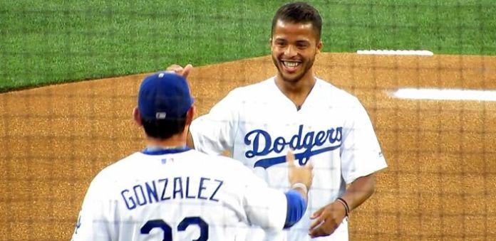 Así lanzó Giovani Dos Santos la primera bola de Dodgers