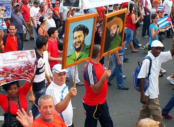 Marcha del pueblo cubano con imágenes de Camilo y Che. Foto: Abel Rojas