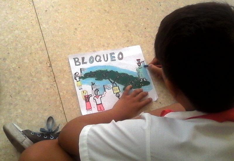 Los niños cubanos pintan contra el bloqueo