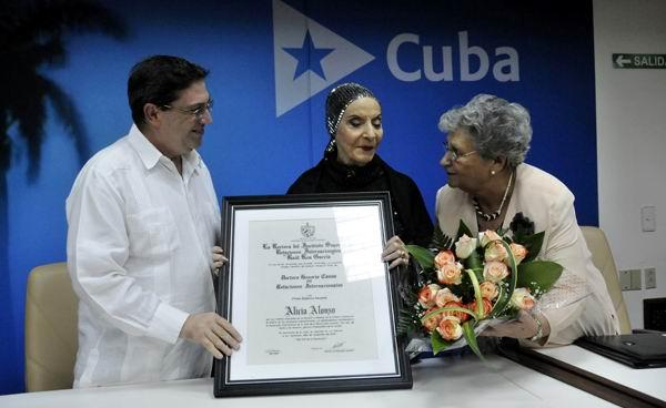 La prima ballerina assoluta Alicia Alonso recibió el título de doctora Honoris Causa en Relaciones Internacionales, de manos del ministro de Relaciones Exteriores de Cuba. Foto: Roberto Suárez.