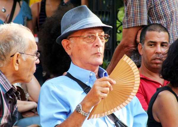 El abanico es usado por todos para aliviar el calor. Foto Abel Rojas