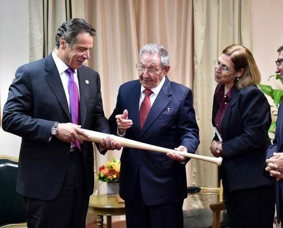 El gobernador Cuomo regaló a Raúl un bate de baseball de la Adirondack Bat Company, de Dolgeville, en Nueva York. Foto en TWITTER / @NYGovCuomo