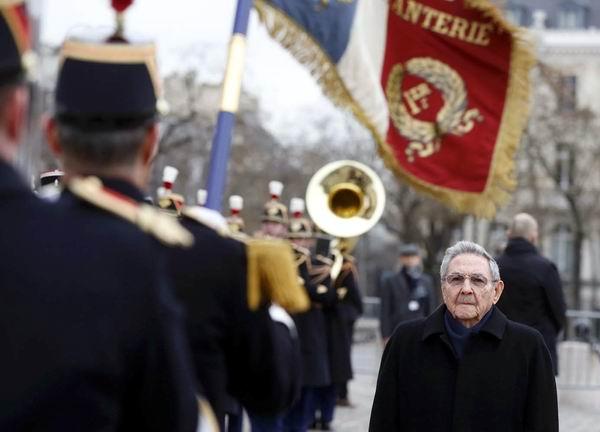 Reciben a Raúl Castro en ceremonia oficial en Arco de Triunfo de París. Foto: AFP