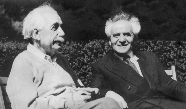 Al bikuró shel Albert Einstein Barthes, le-regel shishím shaná le-motó