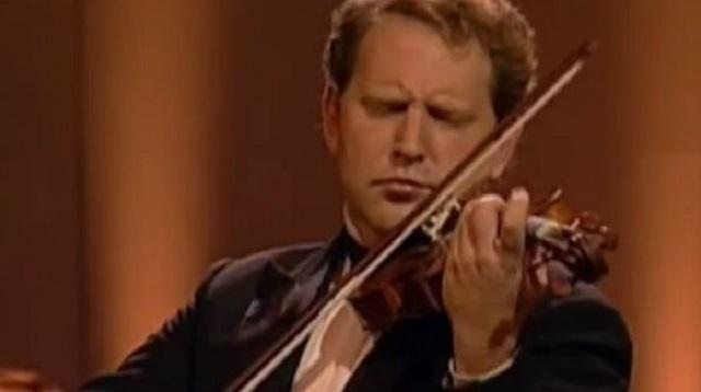 Shlomo Mintz toca el Concierto nº 1 de Paganini, bajo la batuta de Yoel Levi