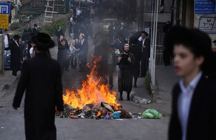 [DA VEDERE] Ebrei ultraortodossi contro il servizio di leva, barricate nelle strade di Gerusalemme