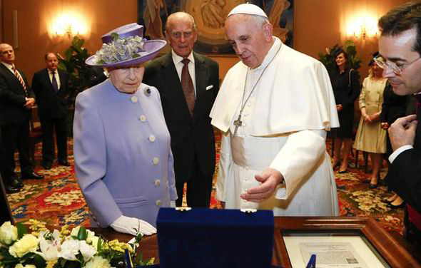 Bergoglio regala alla regina Elisabetta un globo di lapislazzuli e argento