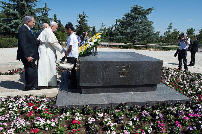 Ecco la foto di Francesco, con la corona di fiori gialli e bianchi, sulla tomba di Herzl, fondatore del sionismo