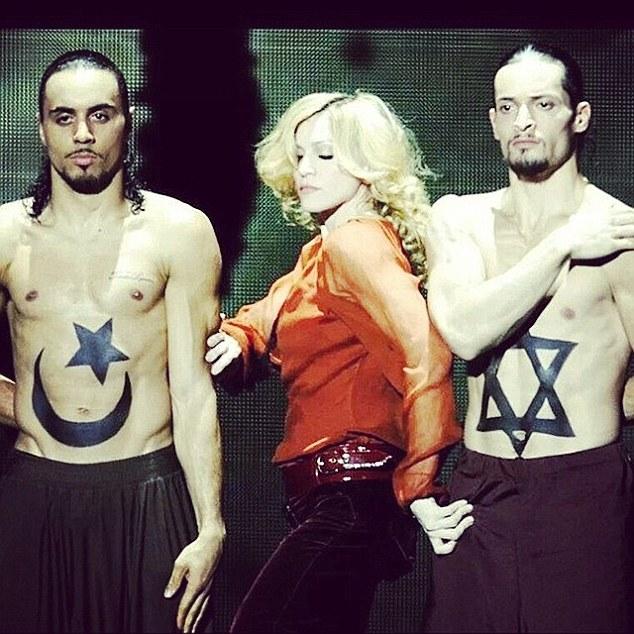 """Come volevasi dimostrare. """"Madonna"""" applaude Suor Cristina: """"sorelle per la vita"""""""