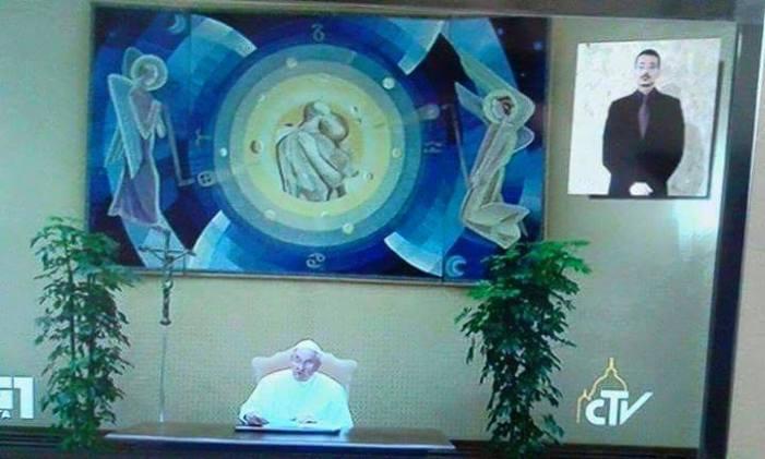 """Chi è l'autore dello """"strano"""" dipinto alle spalle di Bergoglio?"""