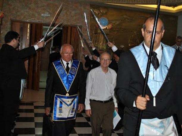 Mons. Luiz Demetrio Valentini (civile, in camicia)  riceve gli onori massoniche