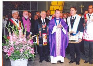 Vescovi e sacerdoti che celebrano la Santa Messa per onorare i massoni