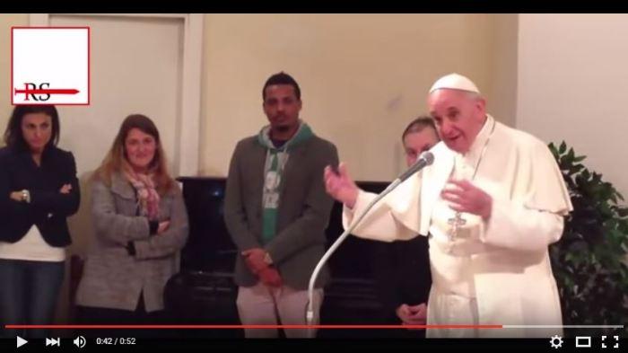 [VIDEO] Bergoglio ai presunti rifugiati: Bibbia e Corano lo stesso Dio, condividere la propria fede