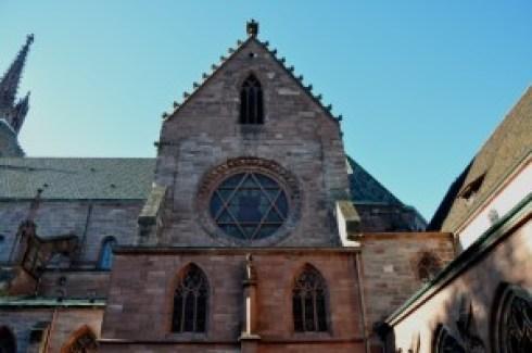 La medesima vetrata, dall'esterno (Basilea)