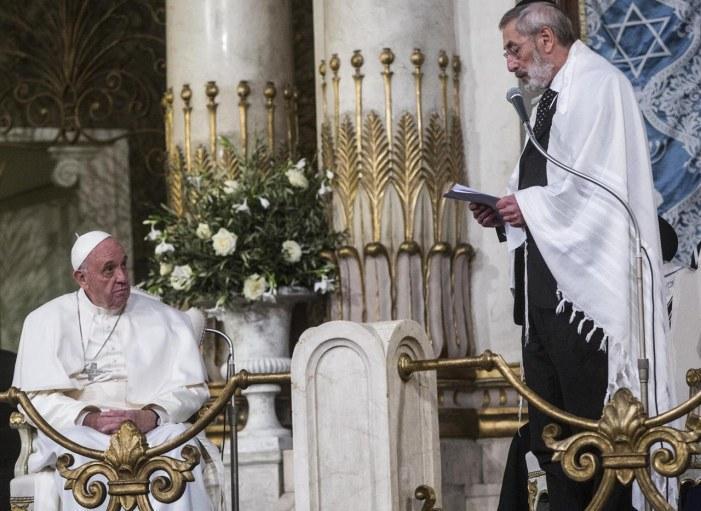 Triplete di Bergoglio: Migranti islamici valori preziosi. Gesù non condanna. Giudei unica famiglia dello stesso Dio