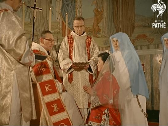 [PHOTOGALLERY] Bellissime immagini: la cerimonia dei voti solenni di due giovani suore (1962)