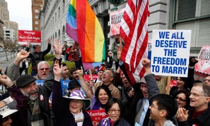 """La neochiesa in frantumi: il vescovo benedice il """"gay pride"""""""