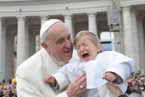 Bergoglio clamoroso: confessione valida anche se si tace per vergogna. Bene peccatori ostinati. Francia, sana laicità multireligiosa