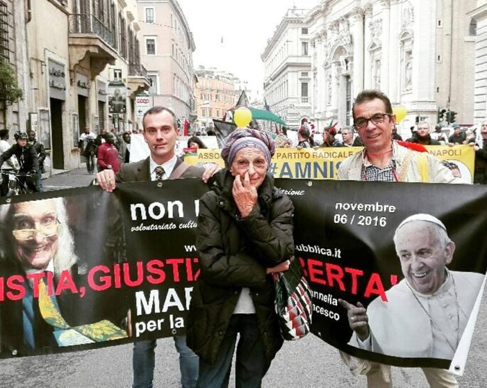 [FOTO] Tutti insieme appassionatamente, striscione radicale Bergoglio+Pannella