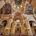 Vista dell'interno verso l'altare dell'Immagine Miracolosa.
