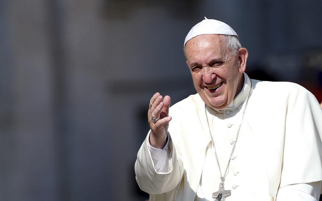 El papa Francisco saluda al llegar a dirigir la audiencia general del miércoles en la Plaza de San Pedro, en el Vaticano