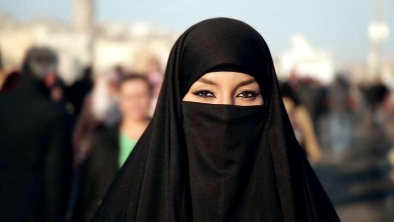 una-donna-araba-con-il-burqa