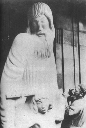 """Eric Gill mentre lavora al gruppo scultoreo """"Prospero e Ariel"""" (1931)"""