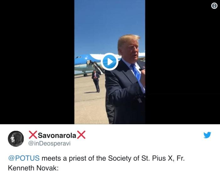 [Curiosità VIDEO] Trump incontra sacerdote Fsspx ed esclama: 'Uomo con la talare! Mi piace! Ha più potere di me!'