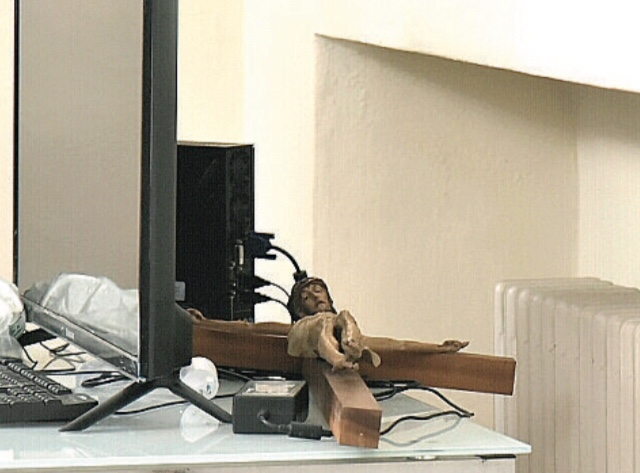 Meeting ecumenico in Curia (Piacenza), ospite ebreo stacca dal muro il Crocifisso, che viene nascosto dietro un tv