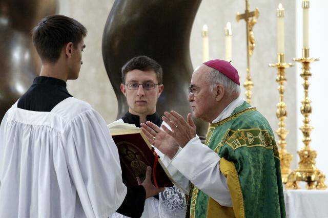 L'Arcivescovo Viganò: «Smentite insufficienti, Francesco deve rispondere personalmente»