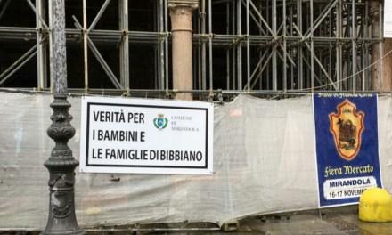 """Mirandola, il Comune espone il cartello """"Verità per i bambini e le famiglie di Bibbiano"""""""