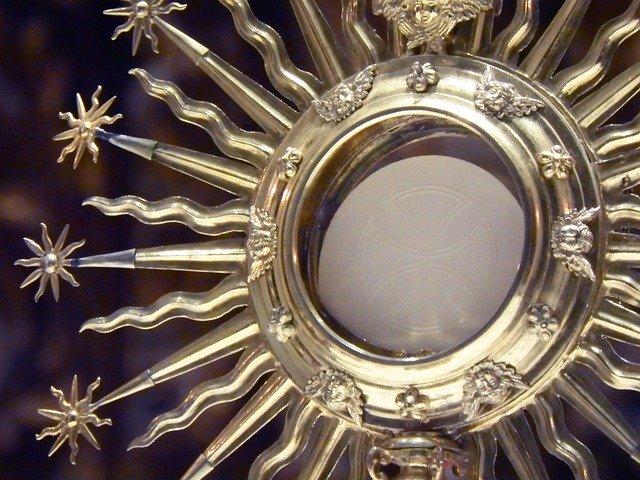 La benedizione eucaristica di Francesco