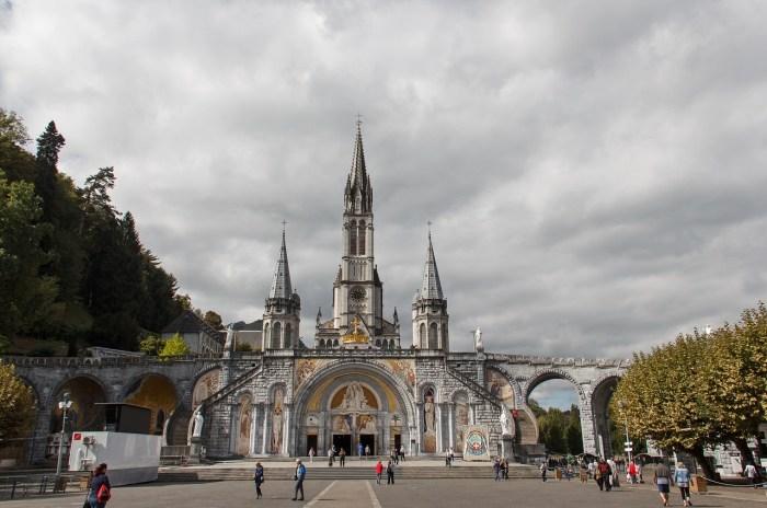 Malattia e guarigione, siamo al paradosso: chiuse per rischio coronavirus le piscine di Lourdes
