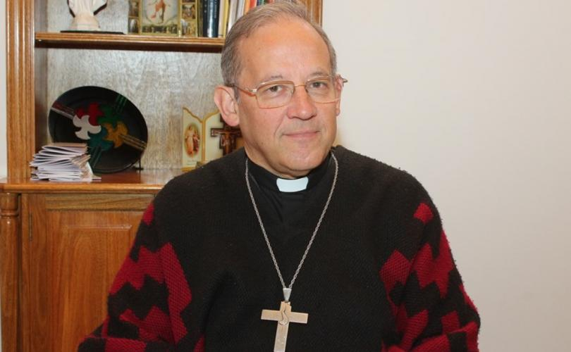 Vescovo argentino minaccia di punire i sacerdoti per aver dato la Comunione in bocca.