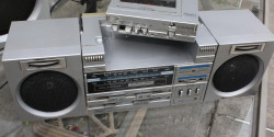 An attempt to resolve  Walkman/Boombox tension via a 'boombox/walkman' [stereo2go.com]