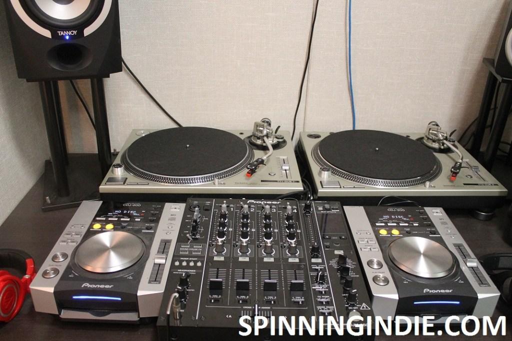 turntables at 9th Floor Radio