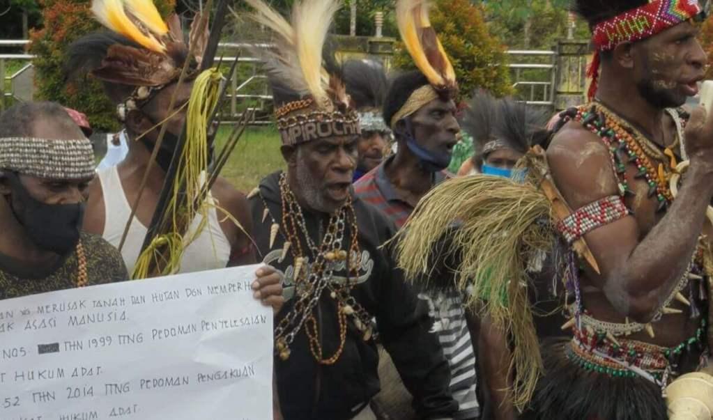 Tribu de Papúa pide frenar proyecto que acabaría con sus bosques